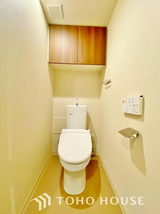 〜トイレ〜 トイレは快適な温水洗浄便座付です。手洗い一体型のトイレ設備はスペースの節約ができ、ゆったりとした空間が確保できます。節水も期待できますね。