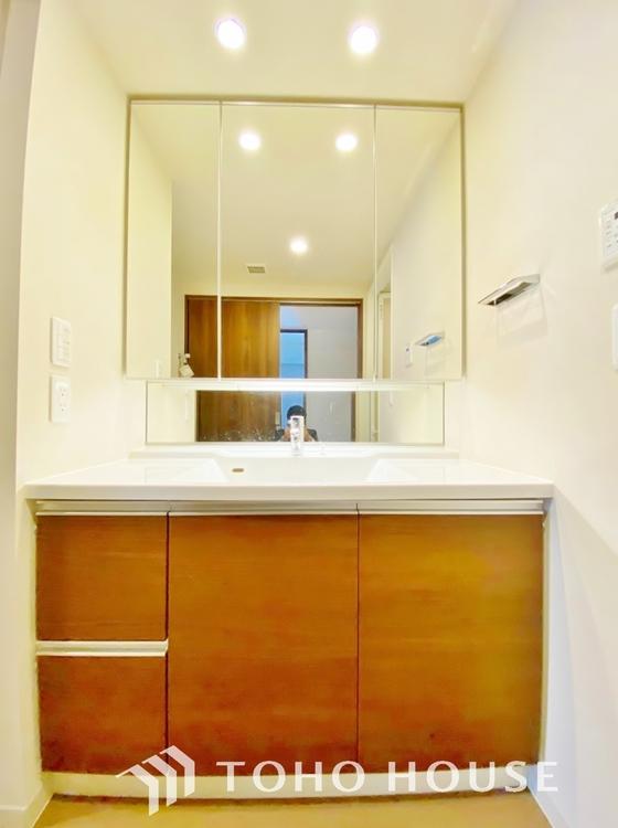 〜洗面台〜 収納力と機能性に優れたお手入れラクラク洗面化粧台。大きな鏡で、毎日の身支度もスムーズになります。