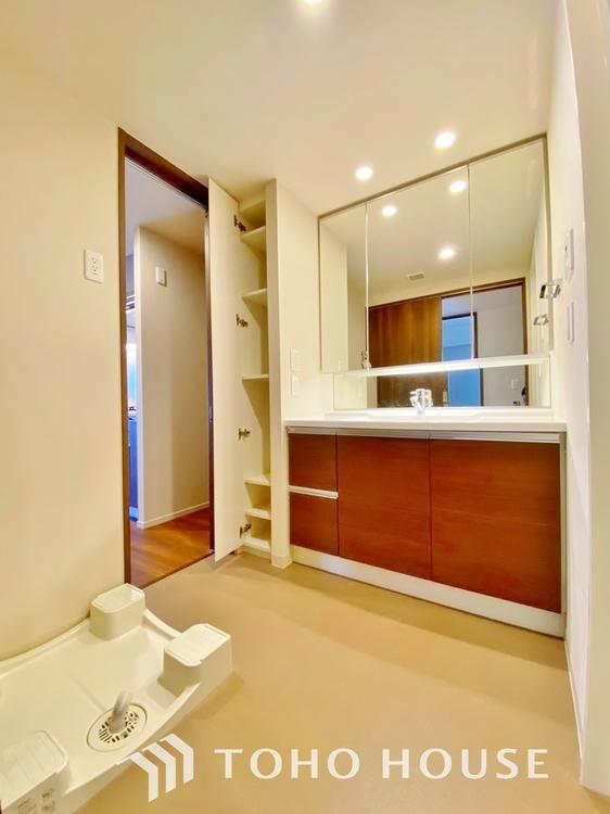 〜洗面所〜 洗面室には、洗面台にも収納を設けました。スペースを有効活用した壁面収納は、可動式棚を採用しており、フレキシブルに活用いただけます。