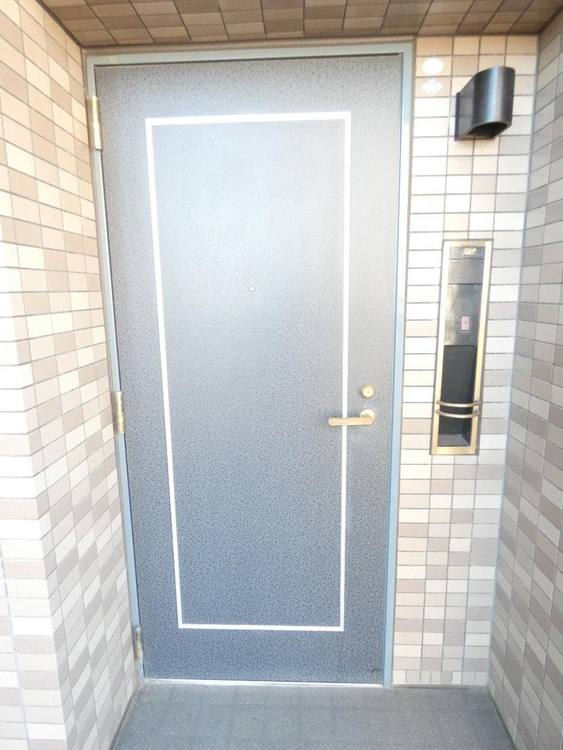 重厚感のある玄関ドアですね。