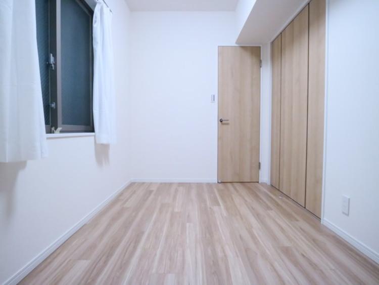 木のぬくもりを感じられる、のびのびとした明るい洋室。快適に暮らせる空間が広がります。