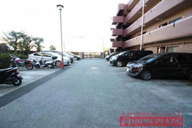 敷地内に駐車場があり便利です。