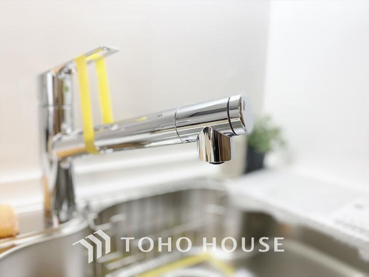 【浄水器】吐水口に内蔵されたセンサーが物や手の位置と動きを感知して、吐水も止水も自動で行います。シンク作業が楽になって、節水もできる水栓です。