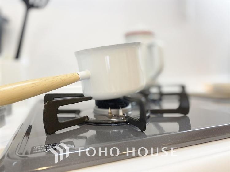 【kitchen】2口コンロは料理を効率的に進めてくれるママの味方。子供と一緒に調理できるスペースも確保しています。