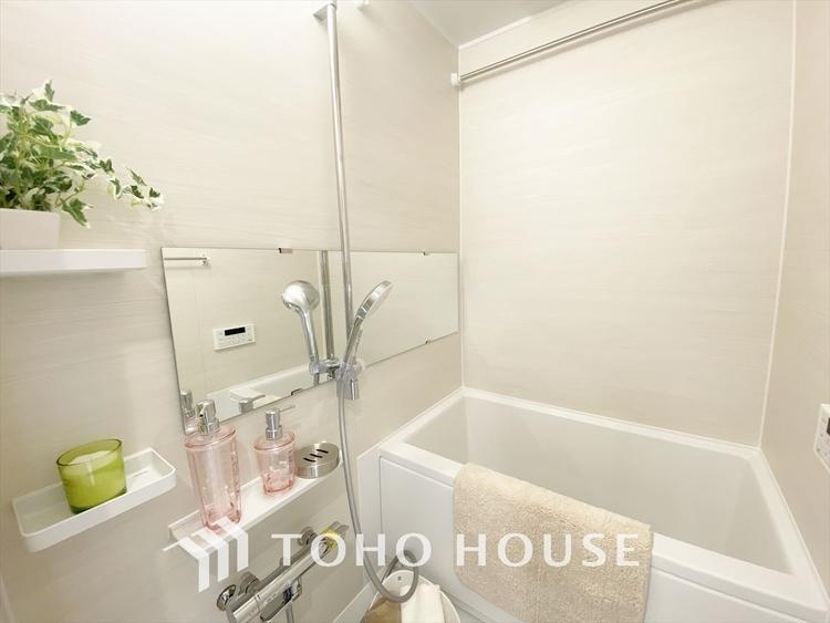 【Bathroom】窓を設けた明るいバスルームで身も心もリフレッシュ。