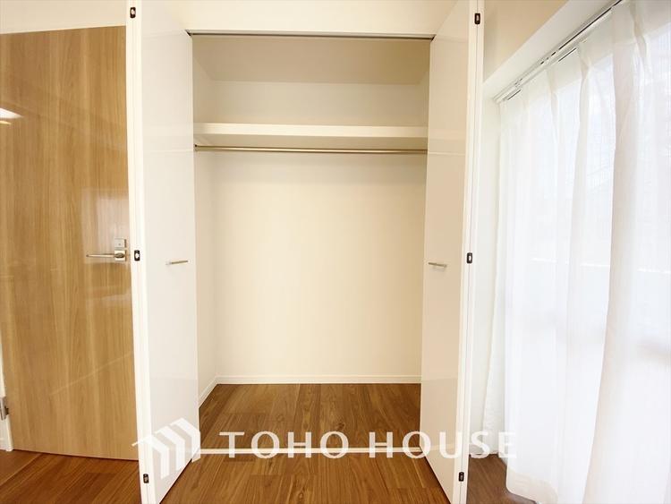 居室には幅広クローゼットを設置、鞄や帽子まで様々な品物を収納できます。