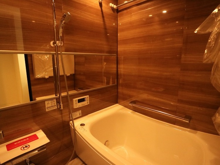 和らぎあるカラーで統一し、半身浴も楽しめるバスタブが心地よさをもたらします。