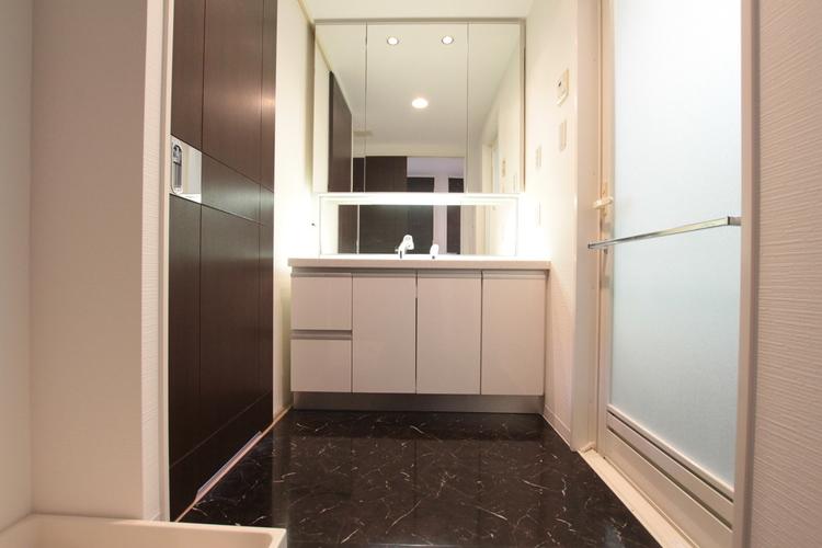 大きな鏡が見やすい清潔感のある洗面所です