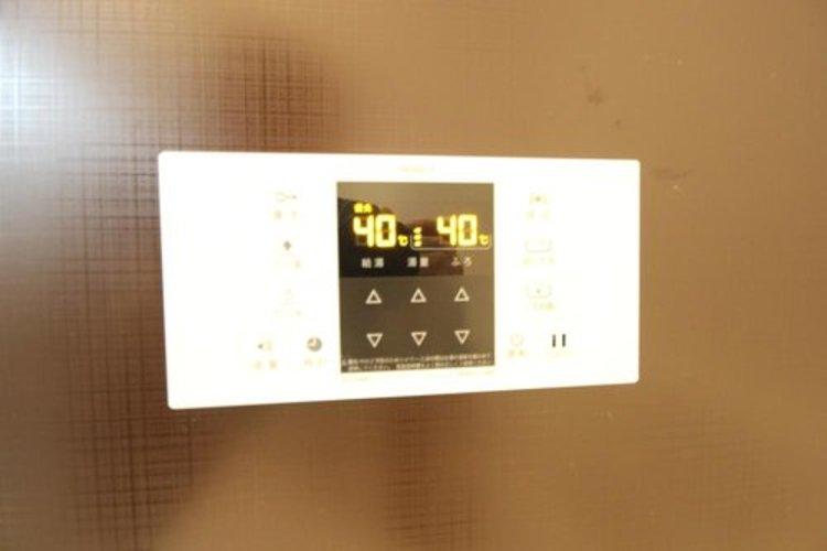 自動湯張りや温度調節などスイッチ一つで行える便利なリモコン付きです。