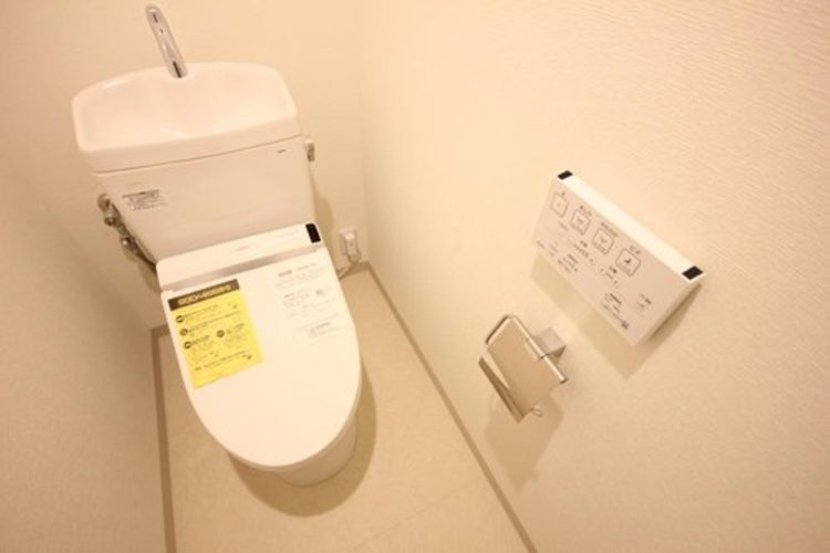 白を基調とした清潔感の高いお手洗い。上部に収納もついておりますので、とても便利です。