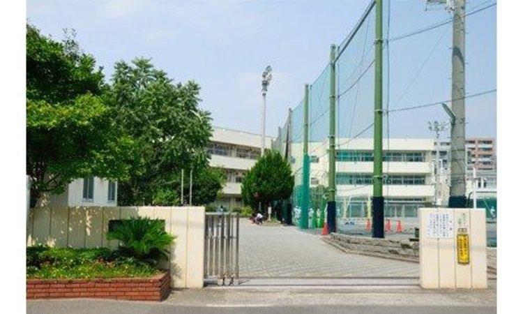 横浜市立鶴見中学校まで750m。横浜市立鶴見中学校は、神奈川県横浜市鶴見区鶴見中央三丁目に所在する公立中学校。