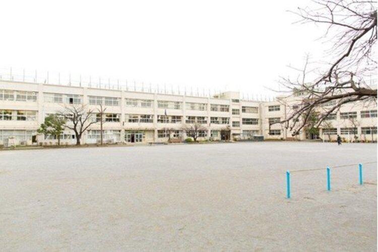 大田区立六郷小学校まで600m。〇よく考え、行動する子 〇思いやりをもち、助け合う子 〇健康でねばり強い子 を教育目標とする。