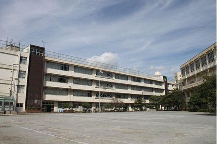 大田区立南六郷中学校まで730m。健康で思いやりがあり、実行力のある生徒を育成する事を教育目標とする。