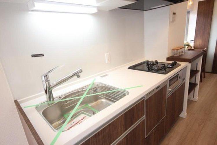 白を基調とした清潔感の高いキッチン。