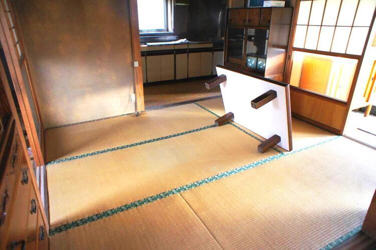 キッチン隣の約4帖の和室です。
