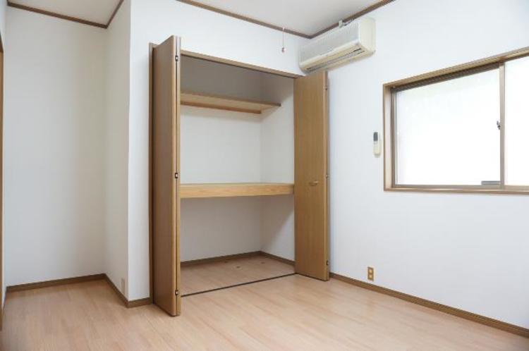 クローゼットがございますので、お部屋がすっきり片付きますね。