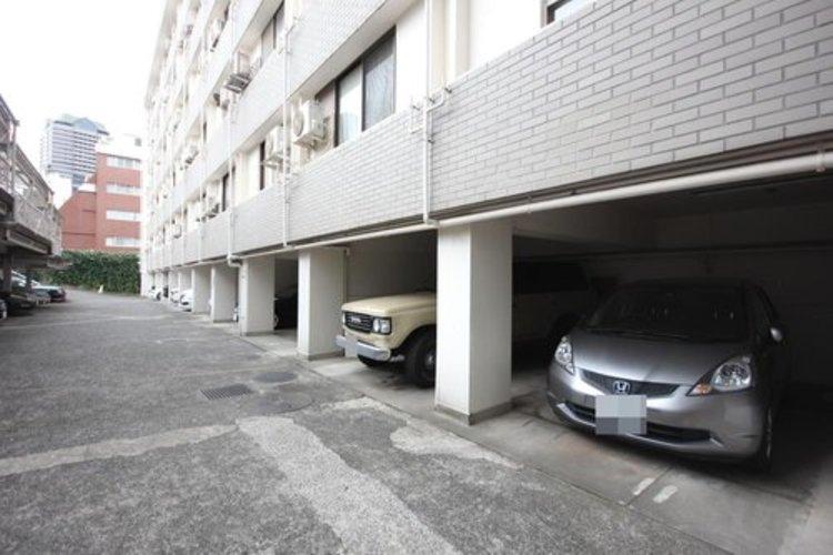 平置きの駐車スペースが嬉しいですね。大きめのお車をお持ちの方でも難なくお停め頂けます。※空き状況は都度ご確認下さい。