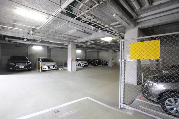敷地内の平面駐車場で、車の出し入れも楽々です。