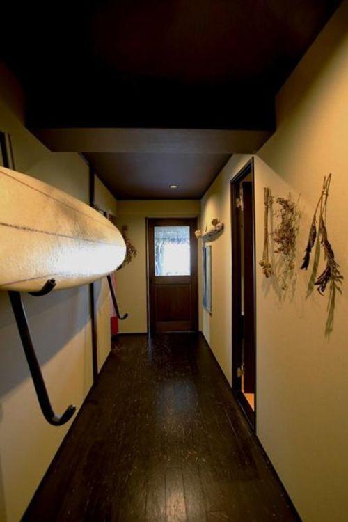 「玄関前廊下」サーフボードラック(2段)付き。あなたの大切なボードを魅せるスペースがここにあります…