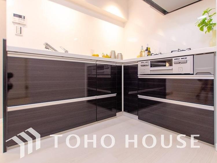 プライベートスペースを彩るインテリアとしての美と、快適な日常を支える機能性と強さがひとつになったキッチンです。