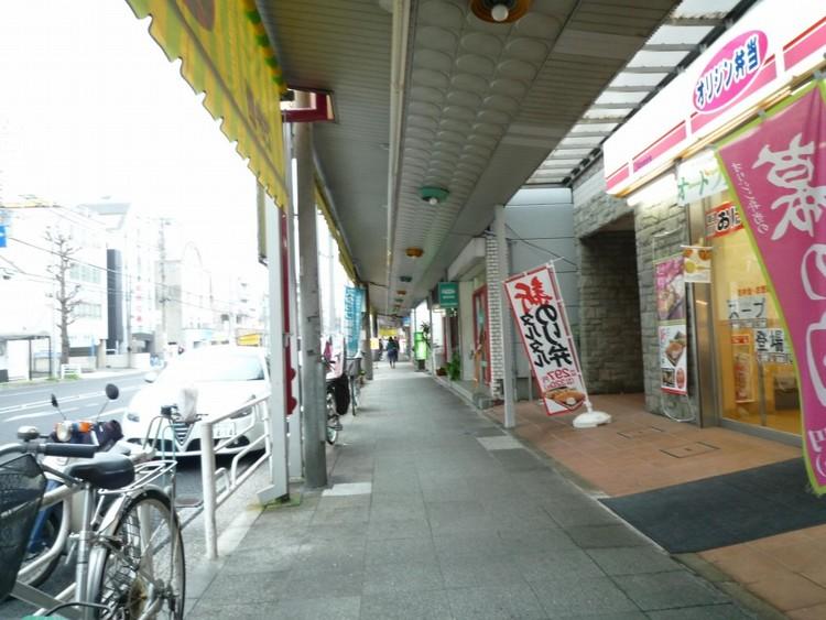 本牧商店街(オレンジのサンシェードが目印の商店街。通称『本牧リボンファンストリート』と呼ばれ、近隣の方々に親しまれています。)
