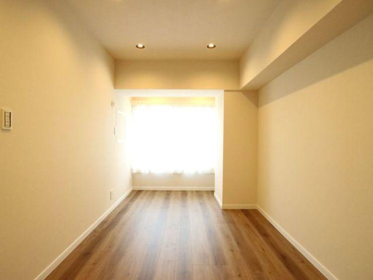 居心地のいい暮らしには欠かせない眩い採光。ゆったりとした幅の窓からこの空間に降り注ぐ採光が絶えません。