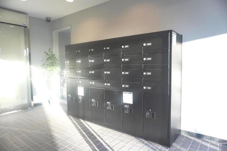不在時でも荷物の受け取りに便利な宅配ボックスも完備しております。