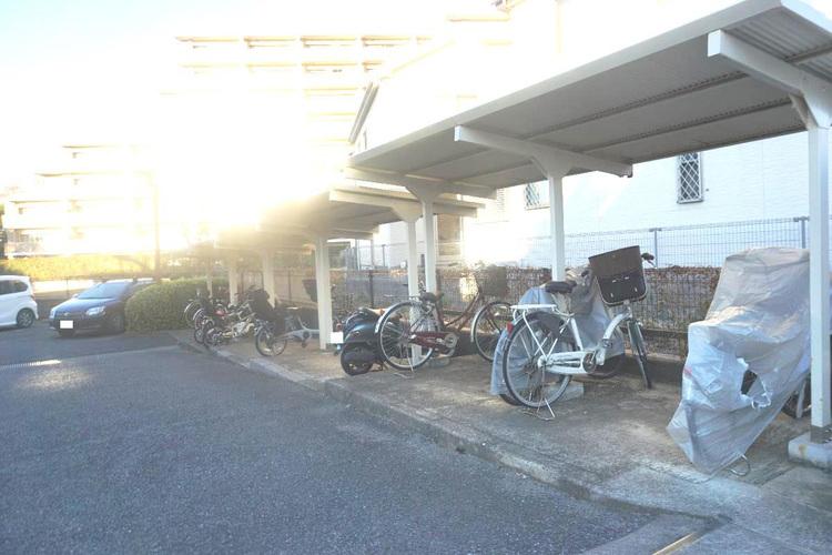 自転車・バイク置場です。屋根付きがうれしいですね。
