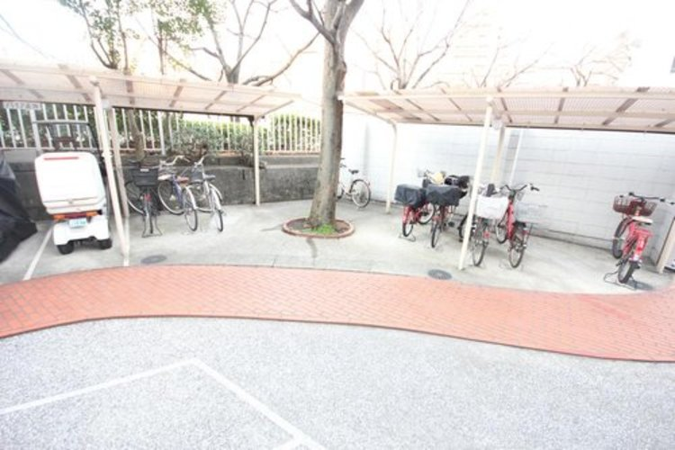きちんと整備された駐輪場。住む方の心遣いが感じられます。