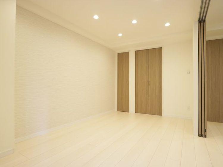 木のぬくもりを感じられる、のびのびとした洋室。いつまでも快適に暮らせる空間が広がります。