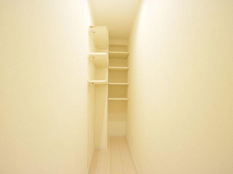無駄を省き有効に活用した収納スペース。棚も設置して便利に。