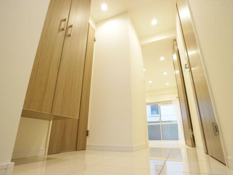 明るく開放的な空間を木目が美しい建具が見事に演出。住まいの顔となる玄関は、落ち着きある優しい空間に。