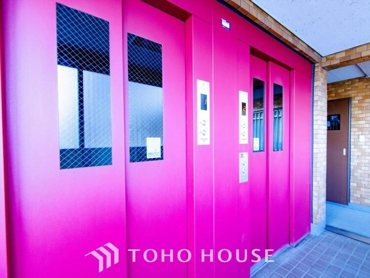 開放的で明るいエレベーターホール。清潔感があり、行き届いた管理体制がうかがえます。