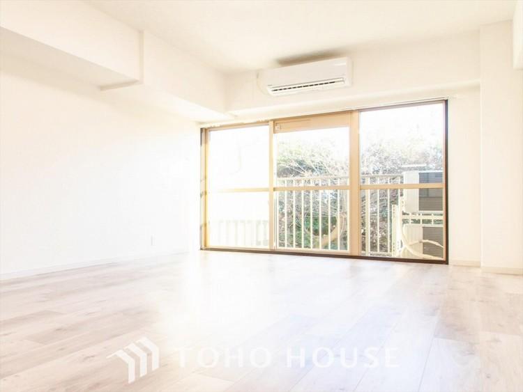 やわらかな陽射しがふりそそぎ、室内に開放感と爽快感をもたらします。