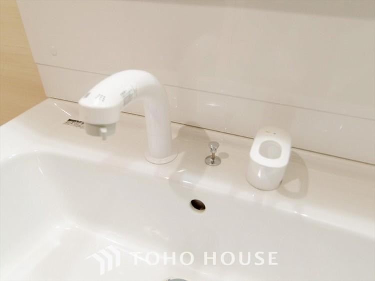 シャンプードレッサー付の洗面化粧台。可動式のシャワーヘッドを使えば、浴室に行かずに洗髪ができるようになっております。