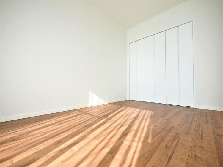 どのお部屋もたっぷりと日差しが差し込む明るい空間。心地よいプライベートタイムを過ごせそうです。