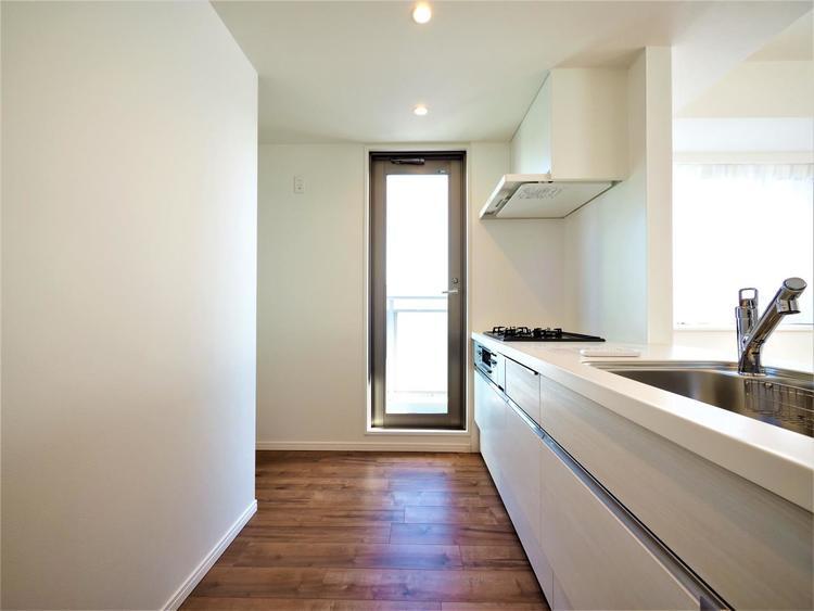 キッチンからバルコニーに出ることができます。自然光が入る明るいキッチンで、お料理も楽しくできそう。