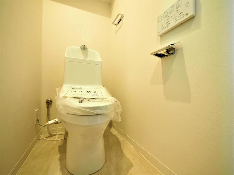 トイレの便座は温水洗浄機能付に交換済みです。トイレは毎日使うものだから大切にきれいに保ちたい場所。