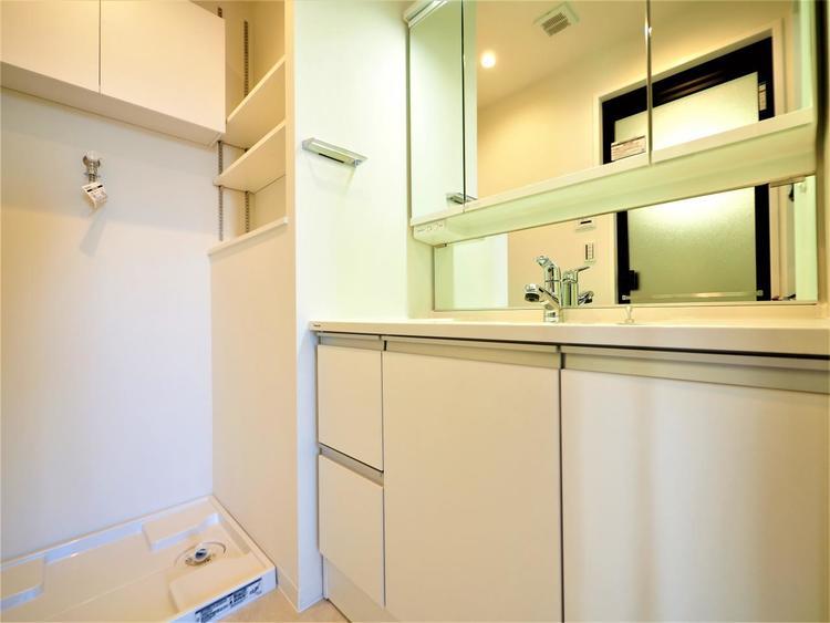 三面鏡仕様の洗面化粧台。鏡の裏にも収納がございますので、歯ブラシや化粧品などの小物類もすっきり片付きます。