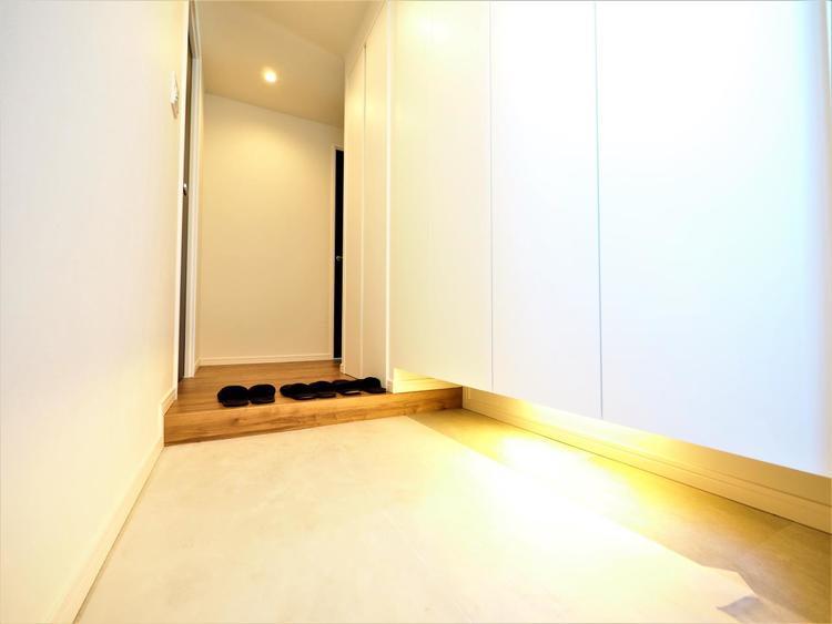 清潔感溢れる玄関がお出迎えする本邸宅の物語は、ここからは始まる日常を期待させます。