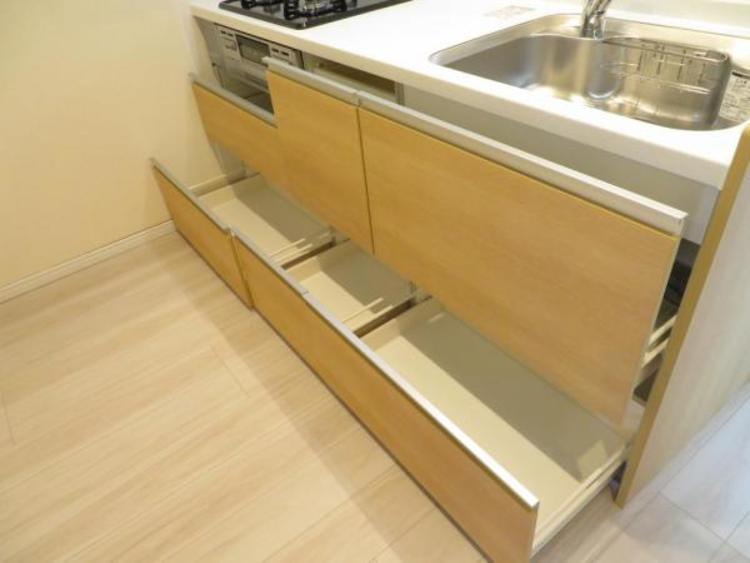 奥の調理器具も取り出しやすい引き出しタイプの収納