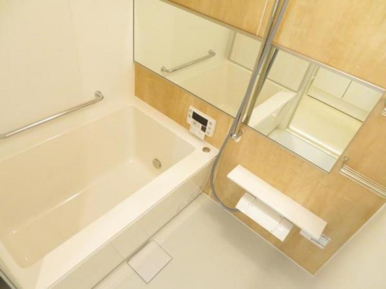 大きな鏡のあるゆったりバスルームでリラクゼーション