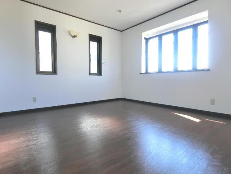 2階の洋室です。出窓がございます。