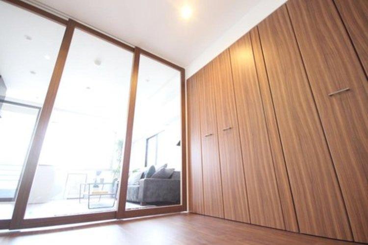 ゆとりを感じさせる広さの主寝室は、心身を静かに満たすシックな趣き。採光と通風に優れ、衣服等をたっぷりしまえる収納も備えています。