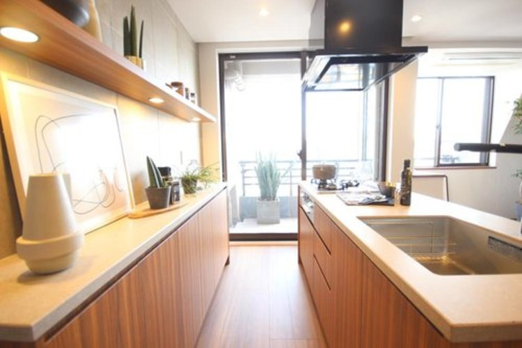 キッチンからリビングを眺められるため、お料理をしながらでも会話が弾みます。リビングと一体となったキッチンは、笑い声が心地よく響きます。