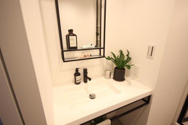 大型の洗面ボウルと、シャンプーができるシャワーが付いた洗面台なら、毎朝のシャンプーも楽々。