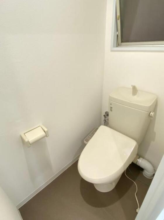 白を基調としたウォシュレットトイレは清潔感あるプライベート空間を演出します。
