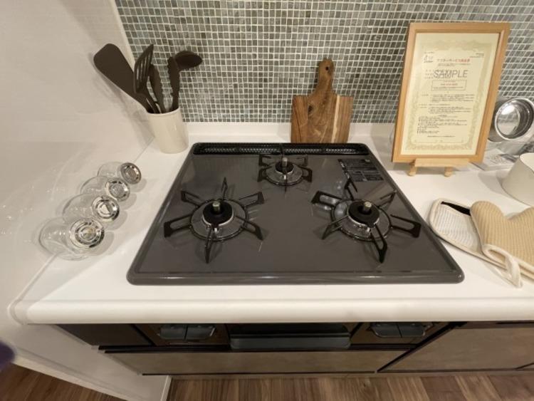 三口コンロで効率アップ。使い勝手の良さを考えました。受け皿のないフラット天板でお手入れラクラク。