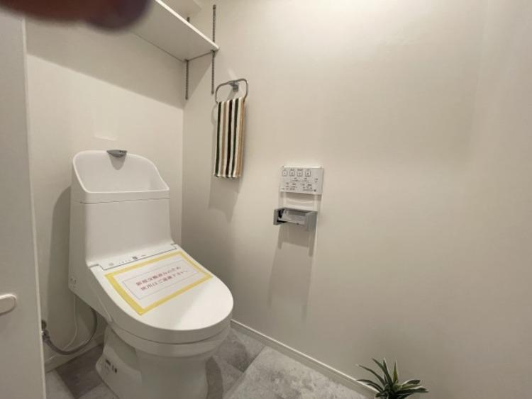 トイレはシャープでシンプルなデザイン。毎日使う場所だからこそ、使い勝手を考慮。
