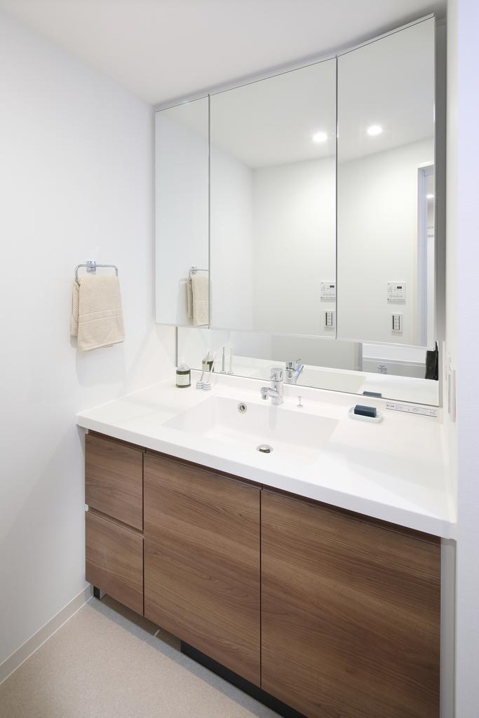 ◇セレクトコース/洗面所◇ 目地のない掃除しやすい一体型ボウルの洗面台(三面鏡裏収納付)